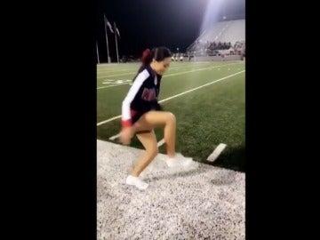 La cheerleader 'camina' en el aire