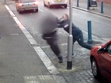 Brutal agresión de un hombre a un agente