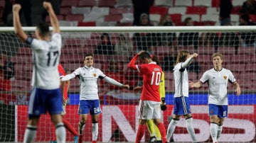 Los jugadores del Basilea celebran el pase a octavos en Lisboa