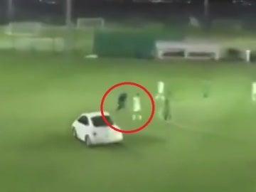 Un coche a punto de atropellar a varios jugadores en Abu Dhabi