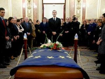 El rey Feilpe VI en la capilla ardiente del expresidente del Congreso, Manuel Marín