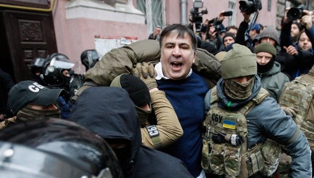 Agentes de seguridad ucranianos arrestan al expresidente georgiano Mijaíl Saakashvili,