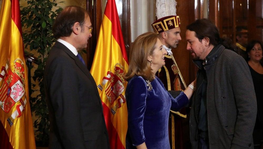 Pío García Escudero y Ana Pastor saludan al líder de Podemos, Pablo Iglesias