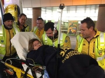 La mujer que dio a luz siendo atendida por los servicios de emergencias