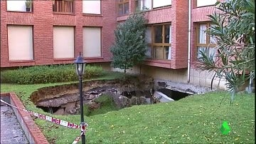 El socavón que ha dejado el hundimiento del techo de un garaje en Getxo.