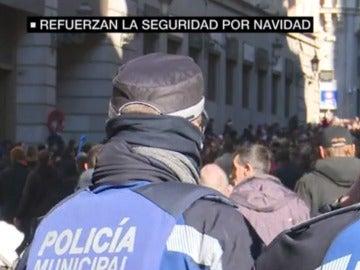 Agentes de Policía vigilando una de las calles más concurridas de Madrid.