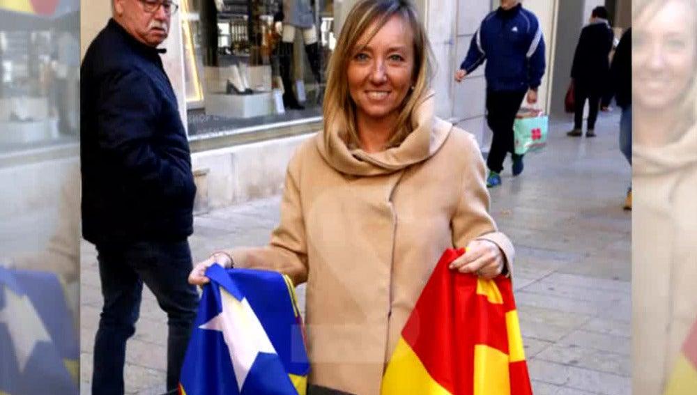 La cabeza de lista del PP en Lleida tira una estelada a la basura
