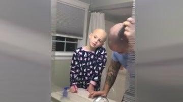 Un padre se rapa para solidarizarse con su hija con alopecia
