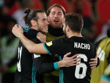 Bale se abraza a Ramos y Nacho tras su gol ante Al Jazeera