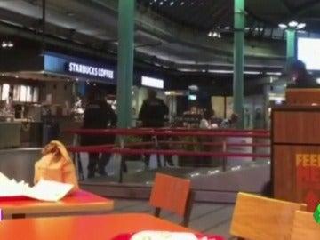 Desalojan el aeropuerto de Ámsterdam-Schiphol tras disparar la Policía a un individuo con un cuchillo