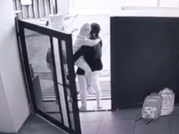 El niño secuestrado en brazos de su madre