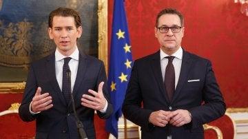 Sebastian Kurz y Heinz-Christian Strache tras firmar el acuerdo de Gobierno