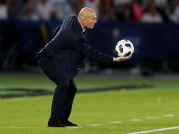 Zidane sostiene el balón durante la final del Mundial de Clubes