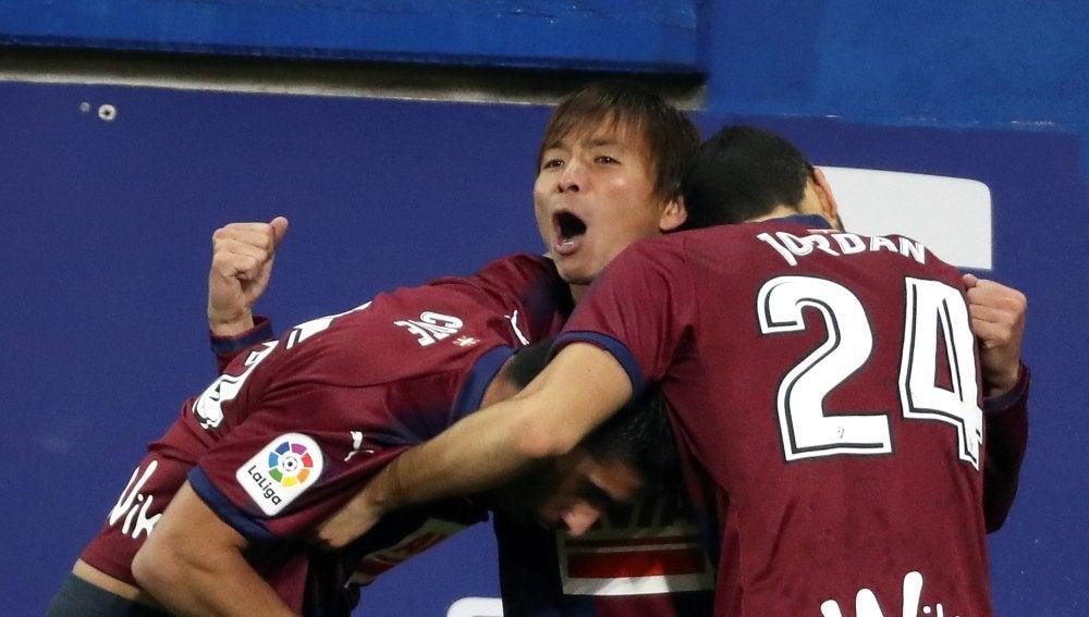 Los jugadores del Eibar celebran uno de los goles frente al Valencia