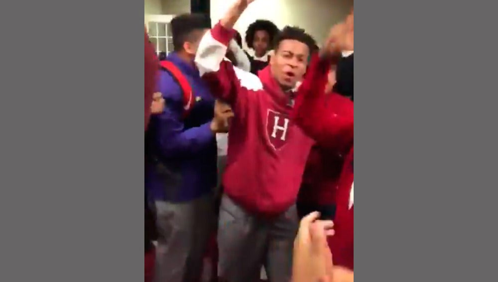 Reacción viral de un joven al entrar en Hardvard