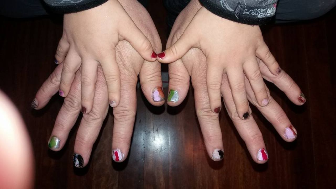 Un padre se pinta las uñas para que su hijo no se sienta desplazado