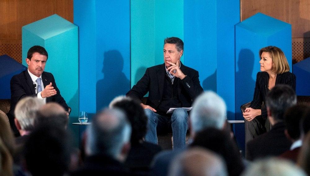El candidato del PPC a la presidencia de la Generalitat, Xavier García Albiol, y María Dolores de Cospedal, intervienen en un desayuno-coloquio junto a Manuel Valls