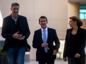 Xavier García Albiol y María Dolores de Cospedal, se dirigen a intervenir en un desayuno-coloquio junto a Manuel Valls