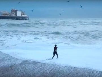 Fragmento del vídeo de una mujer rescatando a su perro del fuerte oleaje