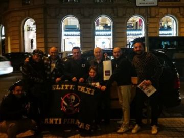 El pequeño posa con varios taxistas del sindicato Elite Taxi Bcn