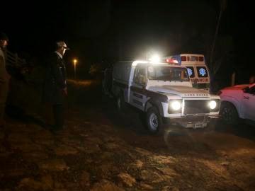 Cuerpos de socorro se mantienen cerca de un retén organizado por militares hondureños en la aldea Rincón de Dolores