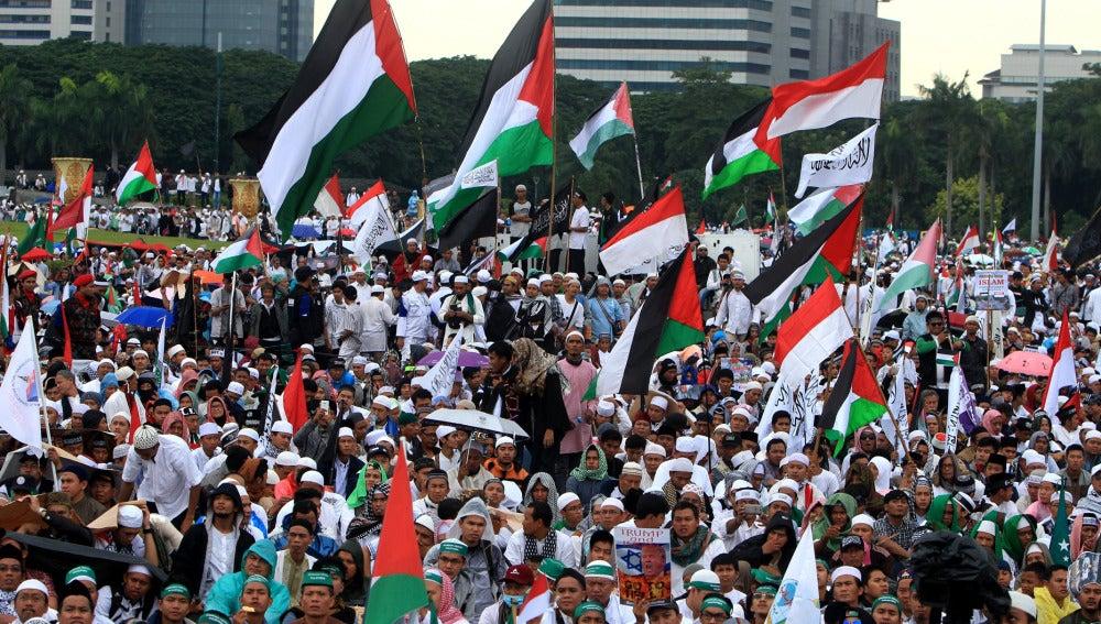 Musulmanes indonesios enarbolan banderas palestinas en protesta por la decisión de Trump de reconocer Jerusalén como capital de Israel en Yakarta, Indonesia