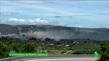 """En Valencia se han cansado de respirar el humo de la cementera de Buñol: """"Huele fatal, como si quemasen neumáticos de coches"""""""