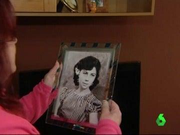 La hija de Ana Orantes sostiene una foto de su madre cuando era joven