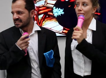 Ángel Martín y Eva Fernández en su parodia del vídeo viral de las hipotecas