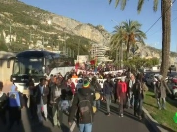 Defensores de los Derechos Humanos la Riviera Francesa pidiendo la apertura de la frontera con Italia