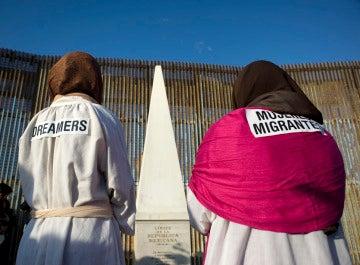 Activistas en la celebración de la 'posada sin fronteras' en Tijuana, México