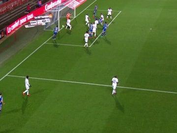 Imagen del gol que no entró del Troyes - Amiens