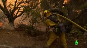 Un bombero intenta apagar un fuego