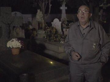 """Ángel, trabajador en un cementerio desde hace 23 años: """"Aquí hicieron un rito en la puerta con gallinas con la cabeza cortada"""""""
