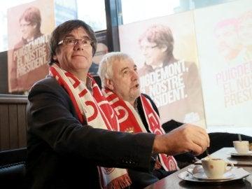 Puigdemont, viendo al Girona en un bar de Bruselas