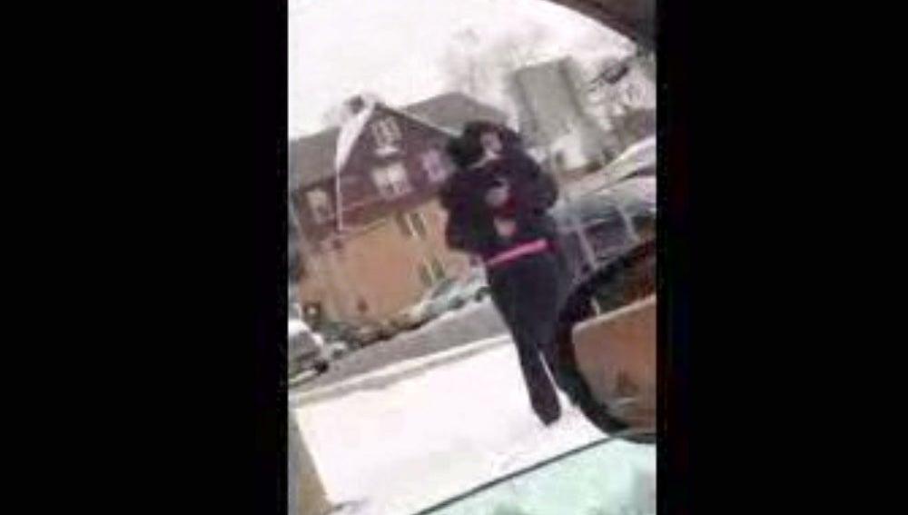 El solidario gesto de una mujer con un mendigo: le regala un abrigo después de encontrárselo en la calle a 18 grados bajo cero