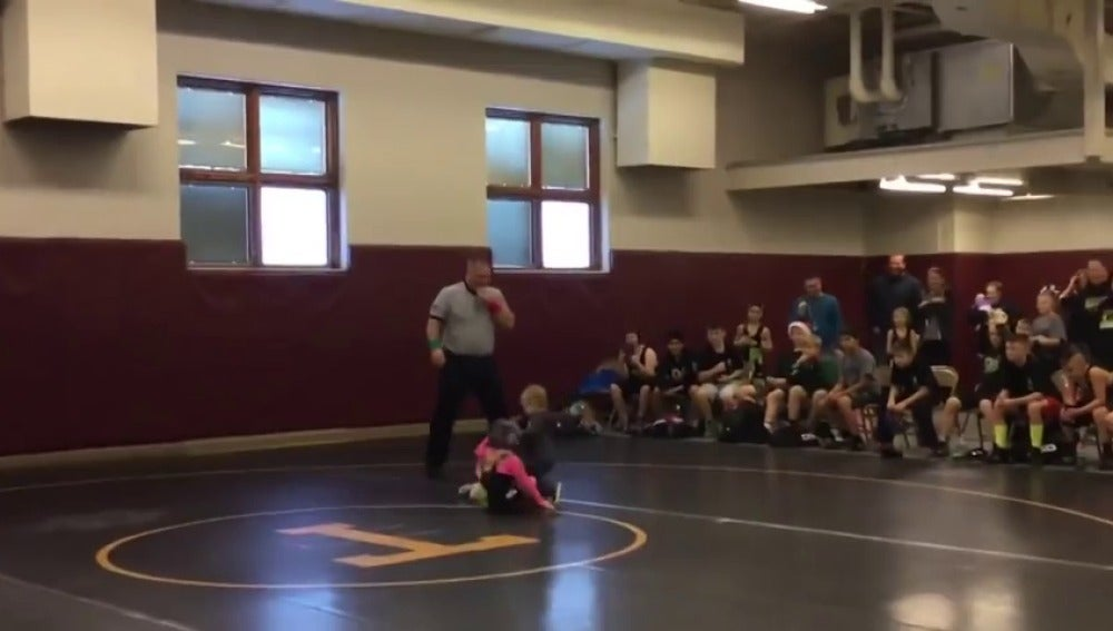 Niño defiende a su hermana