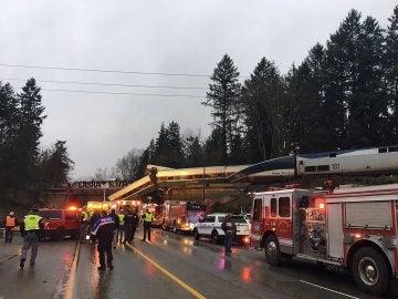 Un tren descarrila sobre una autopista en Seattle
