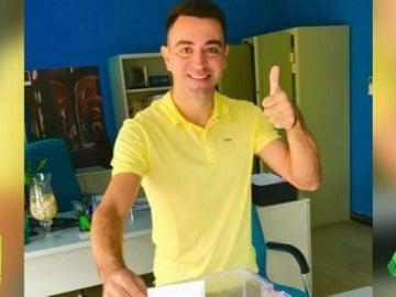 Xavi vota desde Qatar...¡Vestido de amarillo!