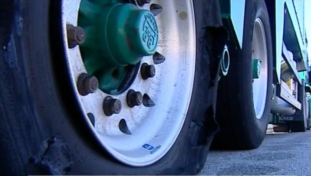 Las ruedas pinchadas de uno de los camiones.