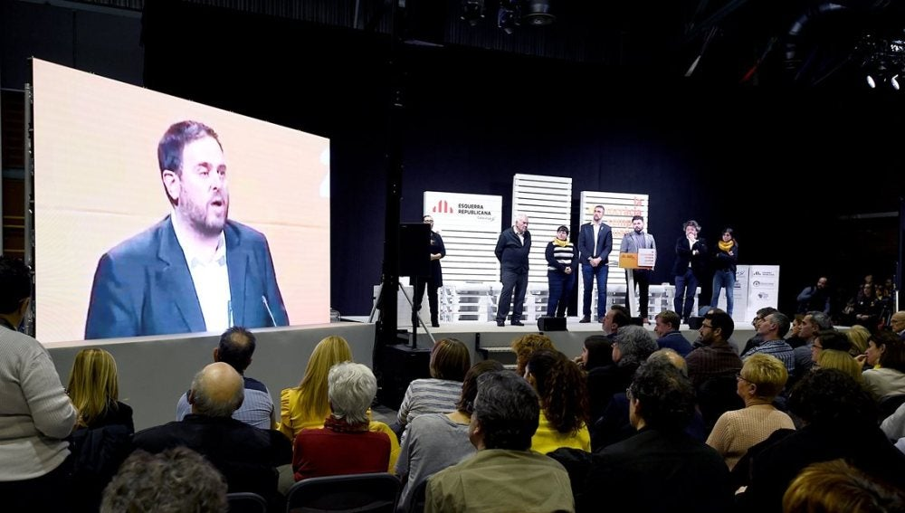 Proyección de un mensaje de Oriol Junqueras durante un acto electoral de ERC