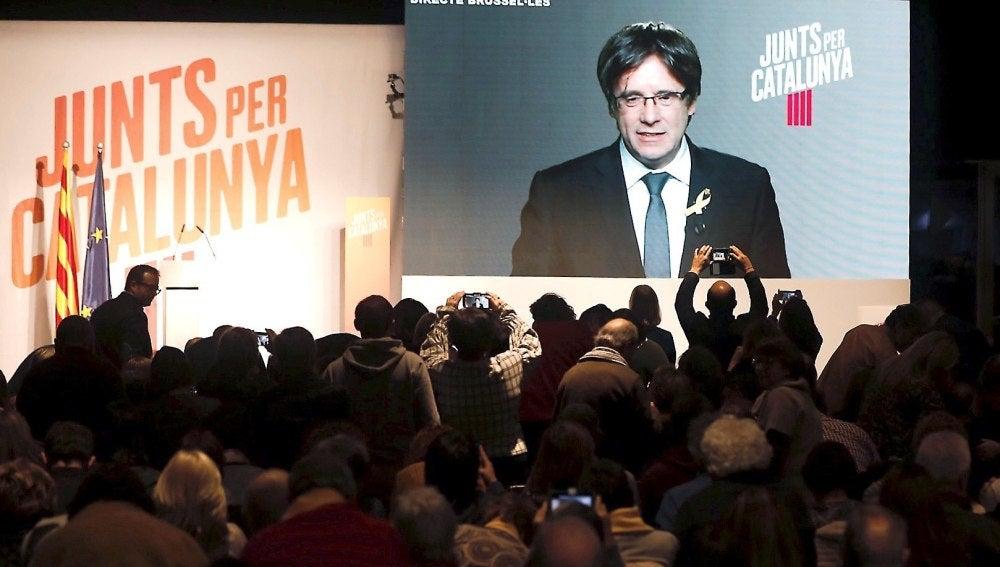 Carles Puigdemont participa en un acto electoral vía plasma