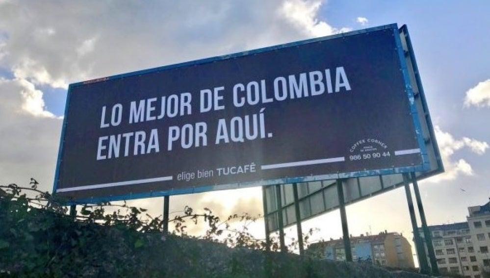Cartel que promociona una empresa de café en Vilagarcía de Arousa
