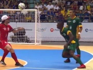 Vinicius ejecuta un sombrero en una exhibición de fútbol sala