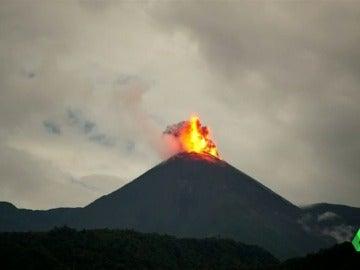 Espectacular despertar del volcán 'Reventador'