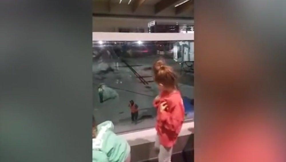 Baile viral de dos niñas en un aeropuerto