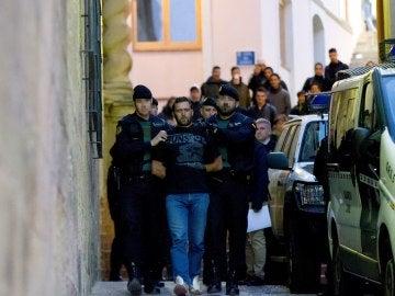 Agentes de la Guardia Civil trasladan al serbio Norbert Feher