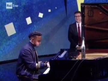 Lewis Hamilton, al piano en una televisión italiana
