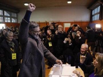 El líder de la CUP Carles Riera, en el momento de votar en la Escola Pere IV