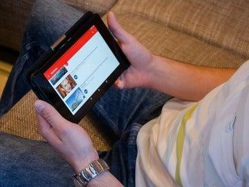 Un hombre usa YouTube en una tableta